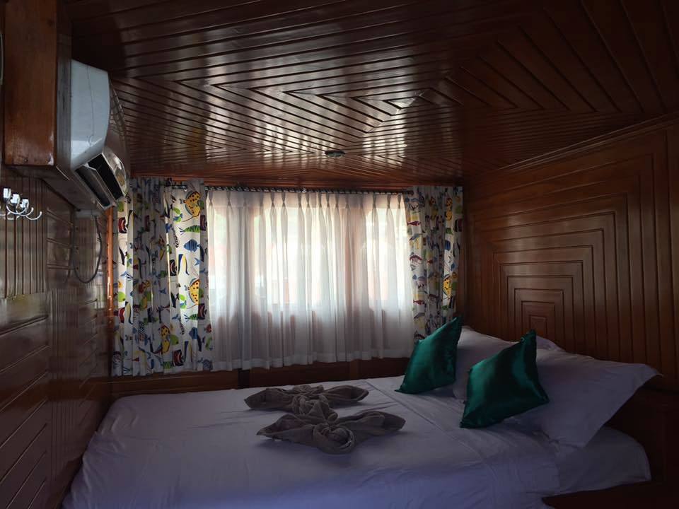 キャビンの内部、清潔なベッド