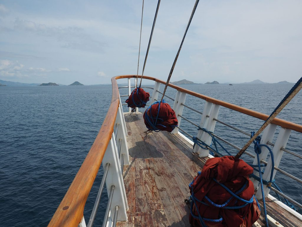 舳先からは広々とした海と島々を眺められます