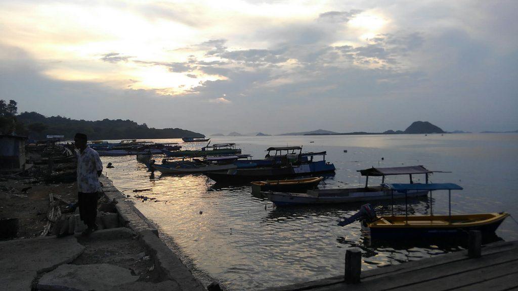 穏やかな漁村のサンセット、村の人々も桟橋で夕涼み