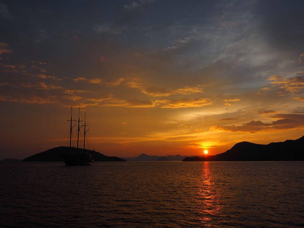 島影に停泊して夜を明かし、迎える朝日