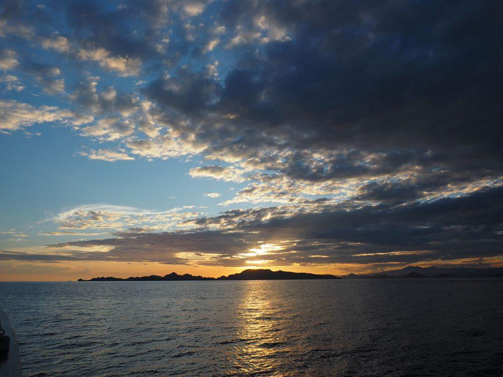 波のない、穏やかなコモド海域のサンセット