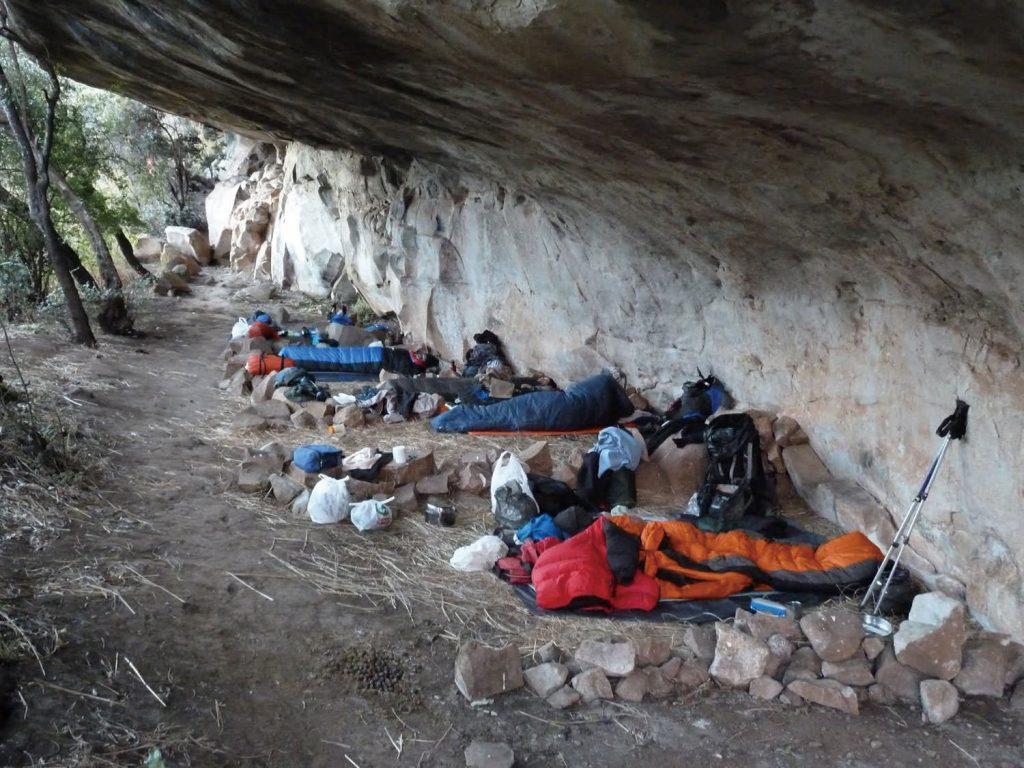 山中の洞窟や岩陰に宿泊