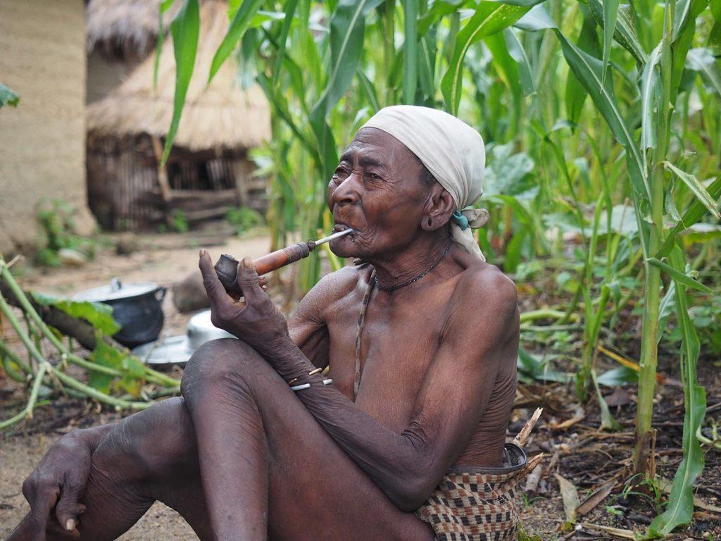 村で最年長のお婆ちゃん、パイプタバコが様になります