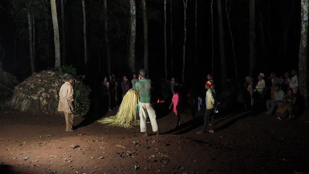 森の精霊、ジェンギの踊り。近づけるのは男性だけ