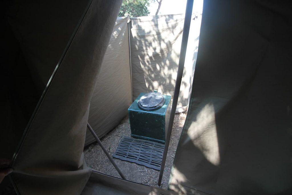 夜は動物がサイト内を歩いているためテントから出られない。そのため、各テントにトイレが併設されている