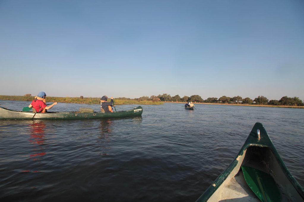 景色を楽しみながらボートを漕いでいきます