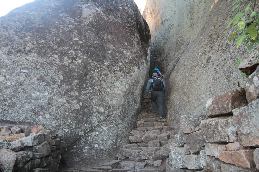 岩山の上に建つアクロポリス。王の政務所として使われていたと言われています3