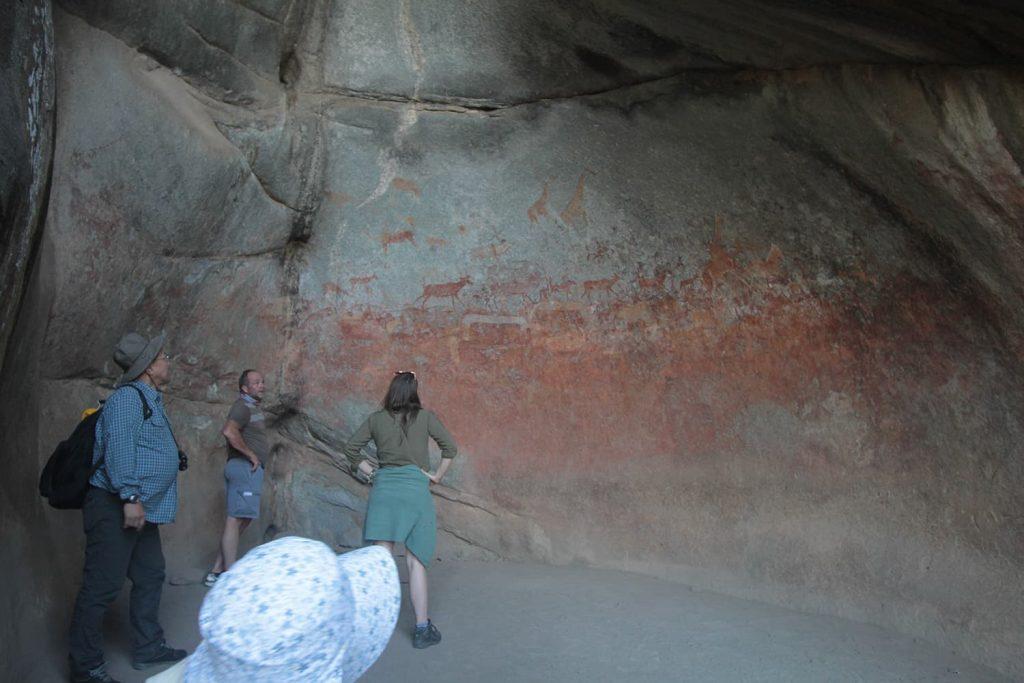 見事なサンの人達の岩絵が残っています