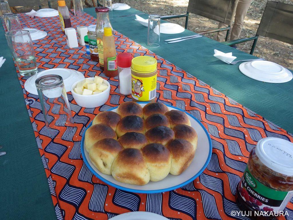 ダッチオーブンで焼かれたパン