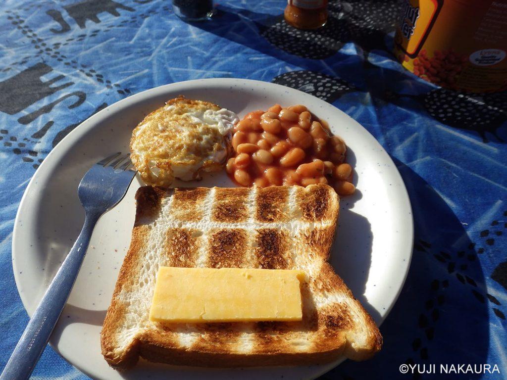朝食のパンは、残り火でトースト2