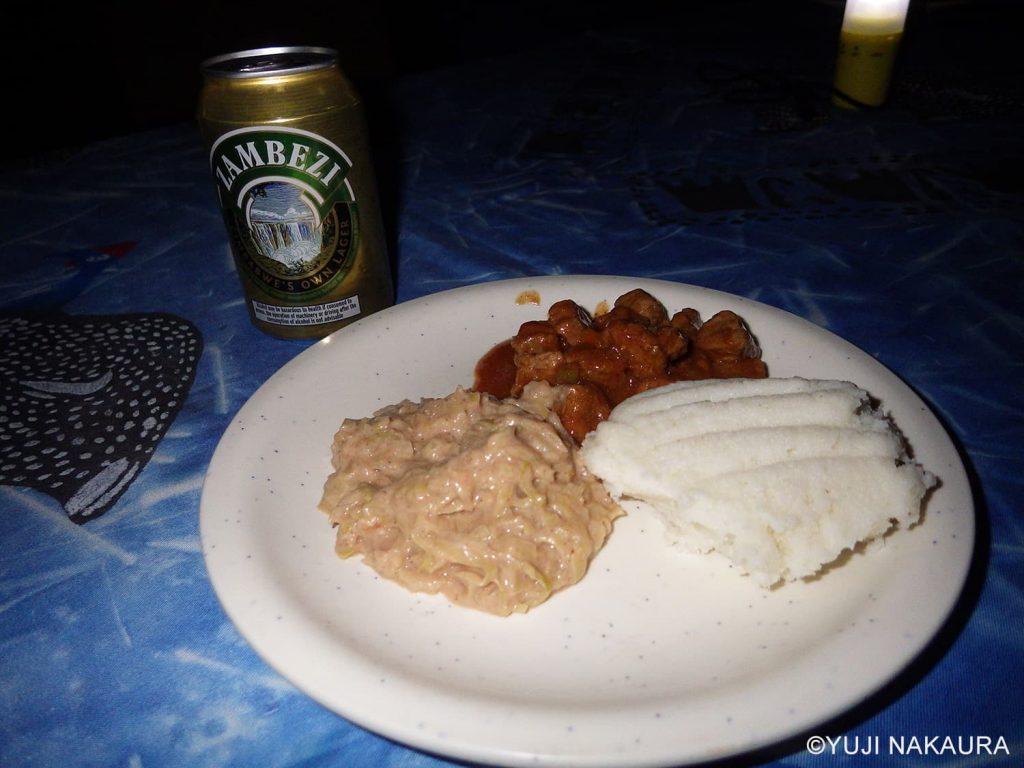 ジンバブエの国民食サザ。ローカルフードが楽しめるのもキャンプならでは