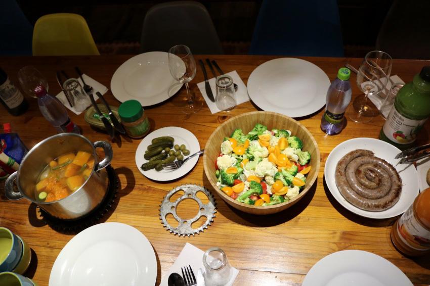 夕食のメニューはポトフとサラダとぐるぐる巻きソーセージ、とってもおいしかったです。