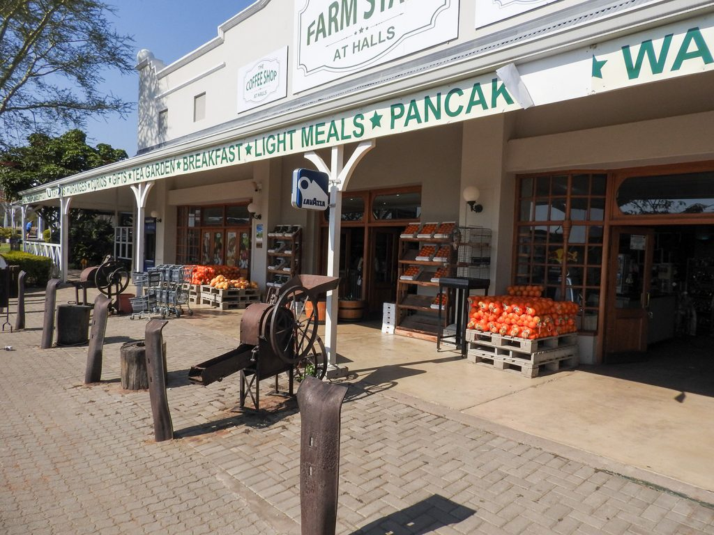 南アフリカには道の駅に似たこんなおしゃれなお店もあります。ジャムやパン、フルーツ、炭やおみやげを購入しました。この店オリジナルのソースが好評でした。