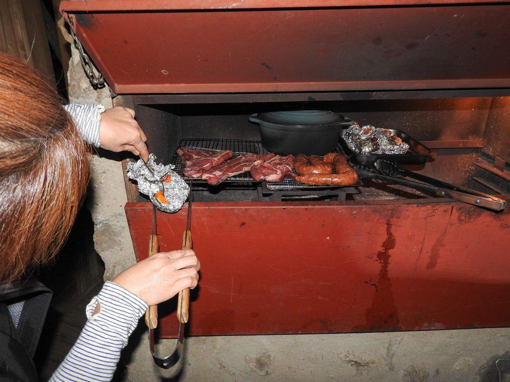 食事の内容はスーパーマーケットで決めます。おいしそうなお肉やバターナッツを見つけて購入します。それを炭火で焼きます。