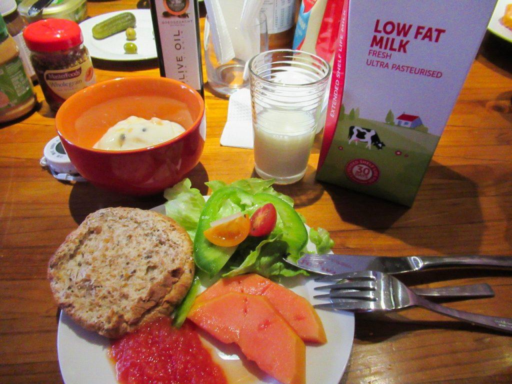 朝食の一例です。パン、サラダ、ジャム、スープ、牛乳、コーヒーなど。