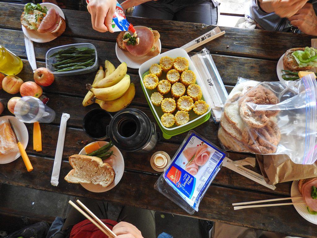 ランチボックスの一例です。パン、コーン、インゲン、ハム、ゆでたまご、リンゴ、バナナ、コーヒー。