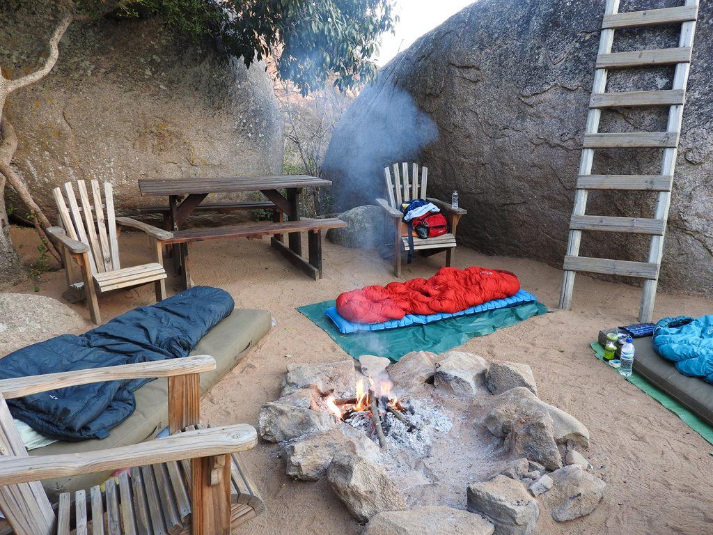 敷地内にはたき火スペースがあって、3人はここでたき火を囲み、静寂の中、星空を見ながら寝ました。