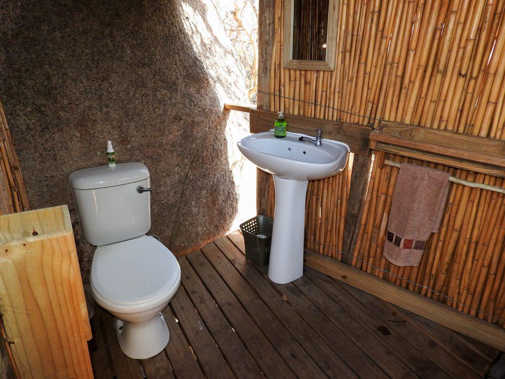 トイレは水洗です。暖かいシャワーがありましたが、この時は誰も浴びませんでした。