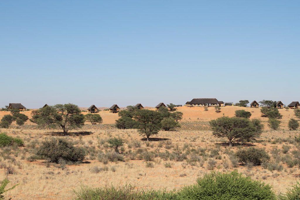 砂丘の上に建てられているロッジ