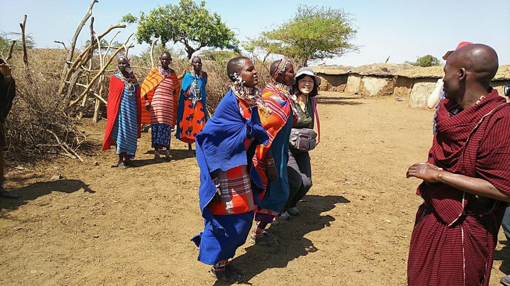 アンボセリのマサイ村では歓迎のダンスを一緒に!