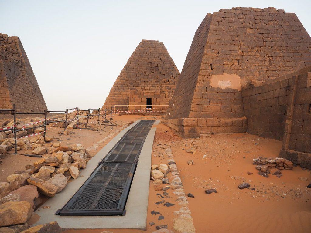 玄室が見られるように地下に向かって通路工事中のピラミッド。