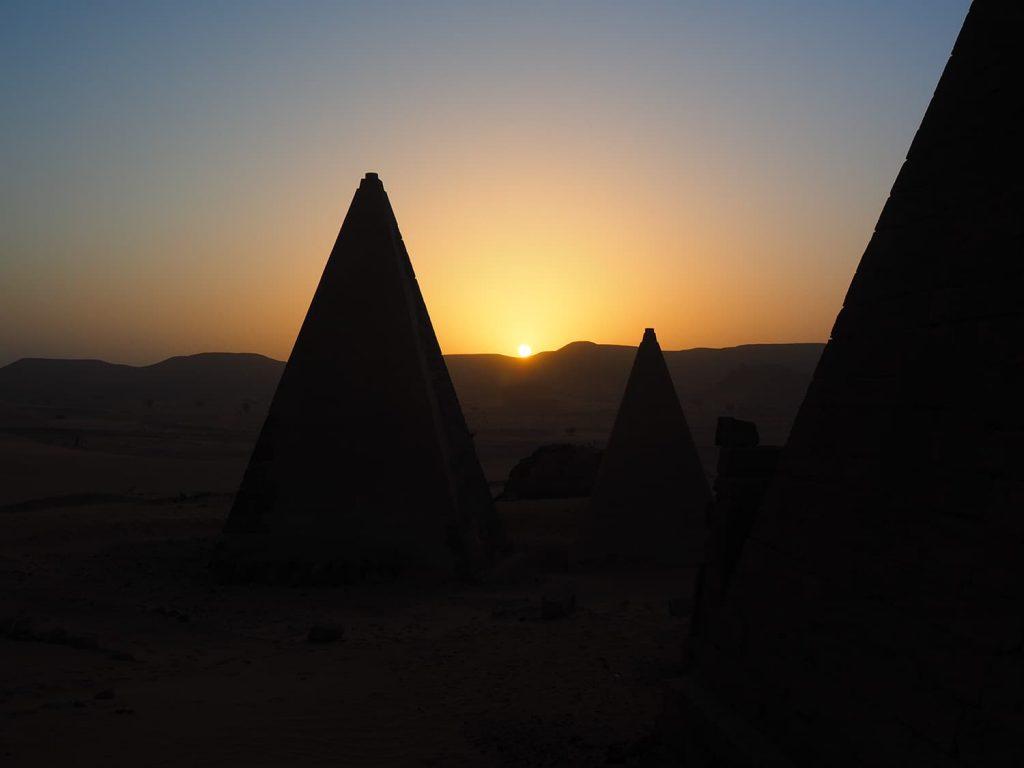 ピラミッドの間から徐々に昇ってくる朝日