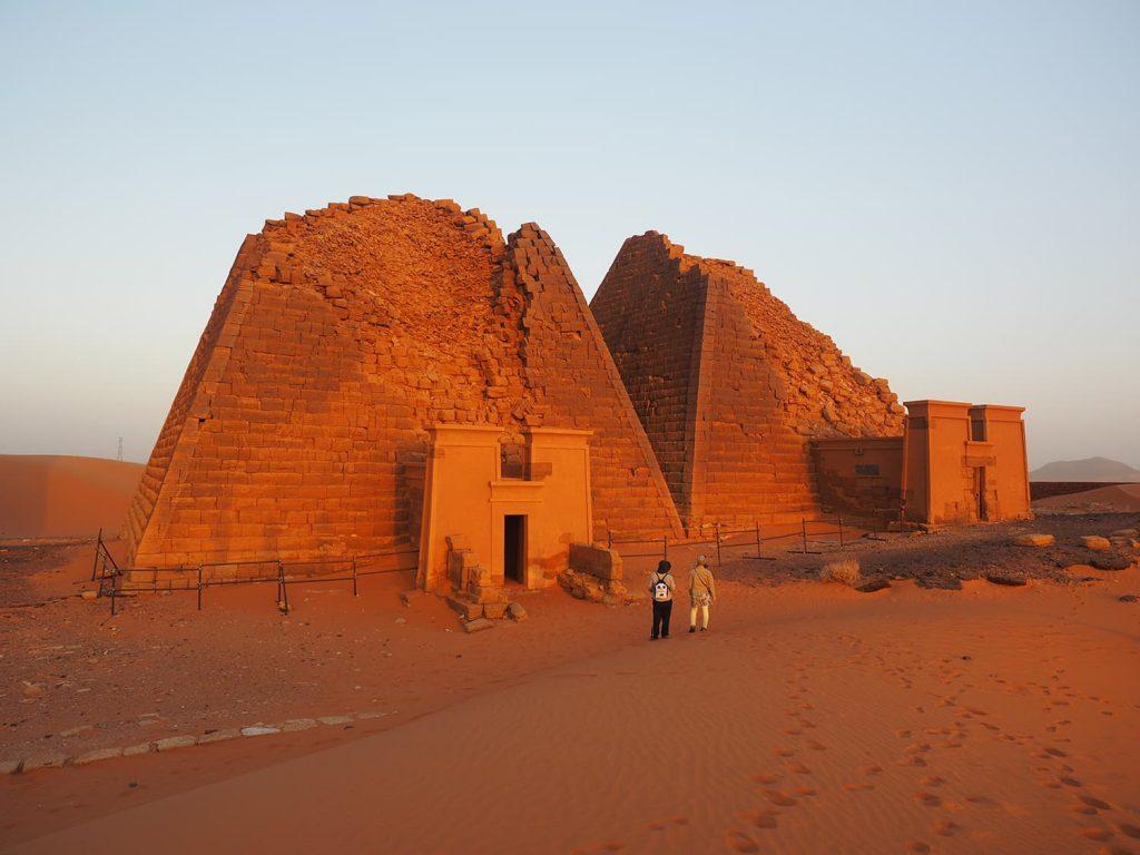 頂上が破壊され、崩れたピラミッド。