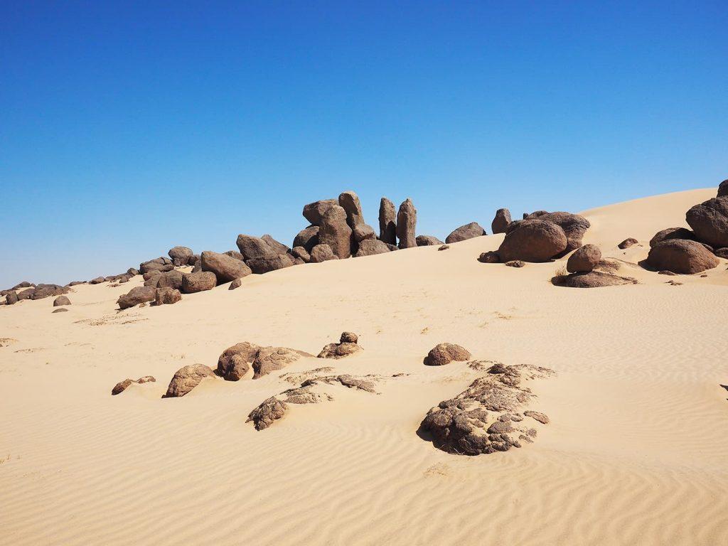 風化が作り上げた砂岩質の奇岩と白い砂の風景