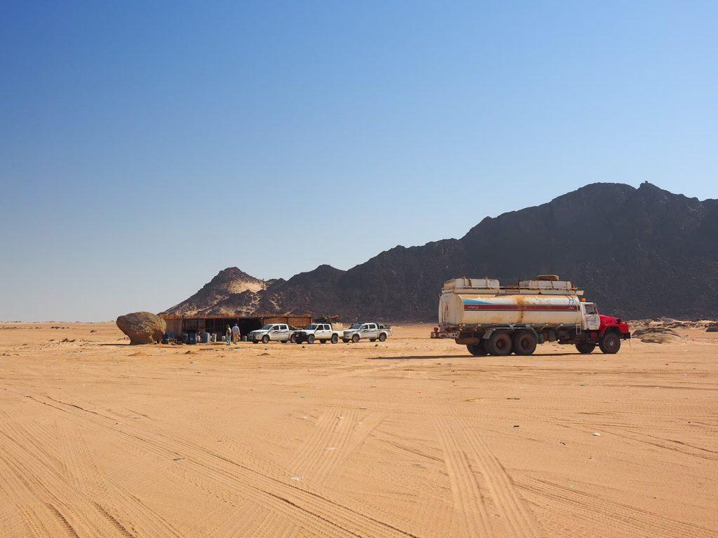 砂漠の真ん中にぽつんと立っている憩いの茶屋。