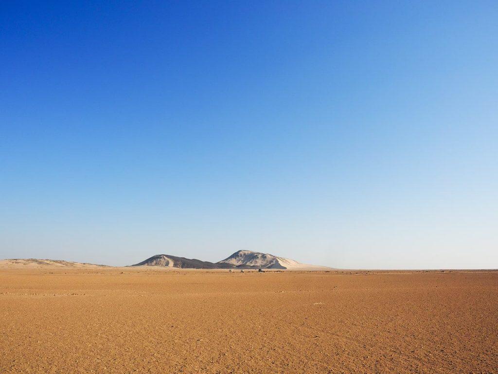 こんな黒い岩山と砂原が、ヌビア砂漠の典型的な風景です。