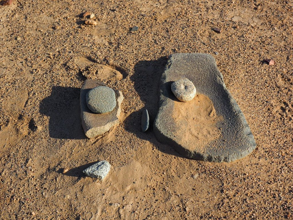 砂漠化以前、付近に水があって穀物が栽培できた時代の生活用具