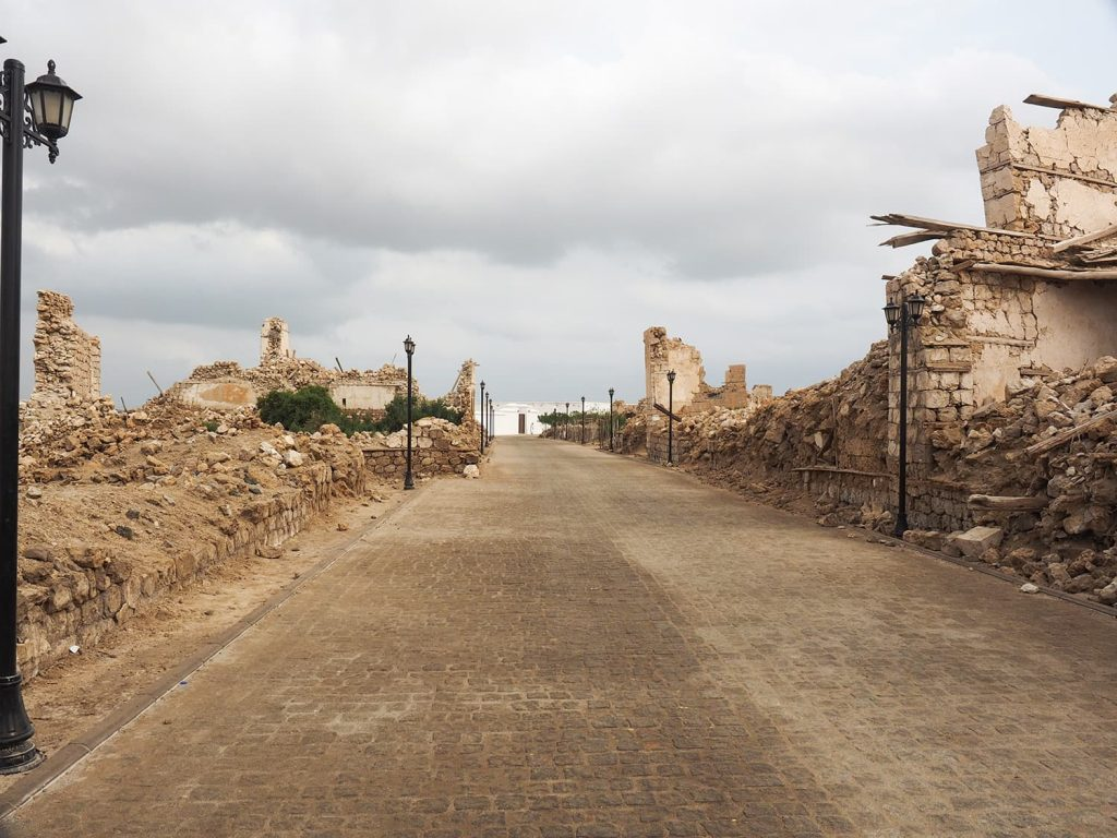 再整備されたスアキンの街路、建物は廃墟ばかりですが雰囲気はあります