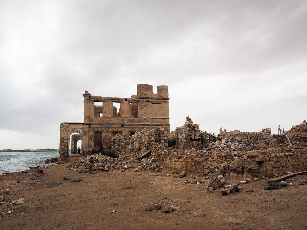この廃屋は、かつて港の税関だった建物だそうです。