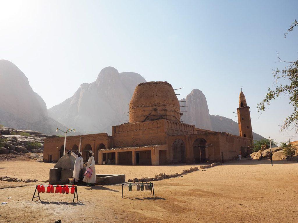 特徴的な岩山、ジュベル・タカとシディ・アル・ハッサン廟