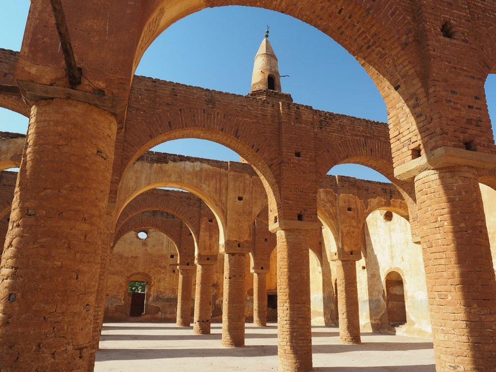アーチが見事なモスクの礼拝スペース、屋根はありません(昔も?)