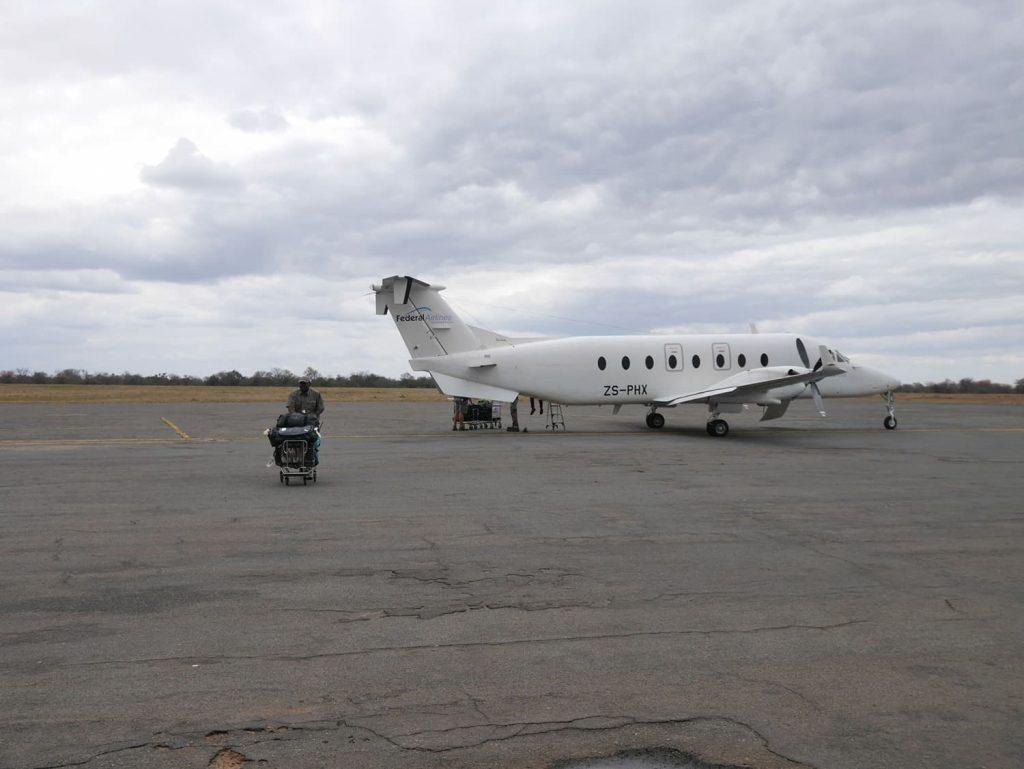 フェデラル航空の飛行機、モザンビーク国境にも近いバッファローレンジ空港