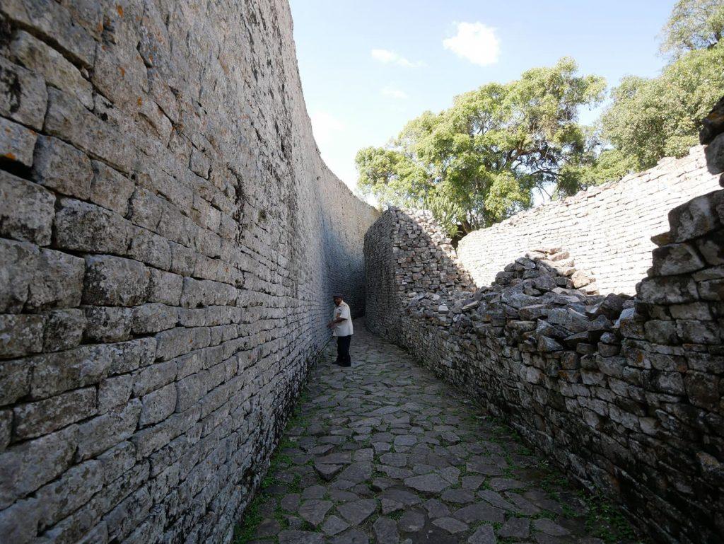壁の内側を歩く