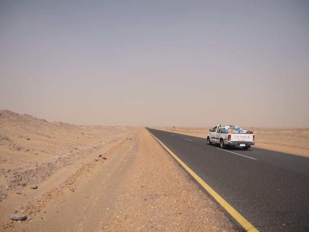 広大な砂漠を貫くアスファルト道路が続きます。