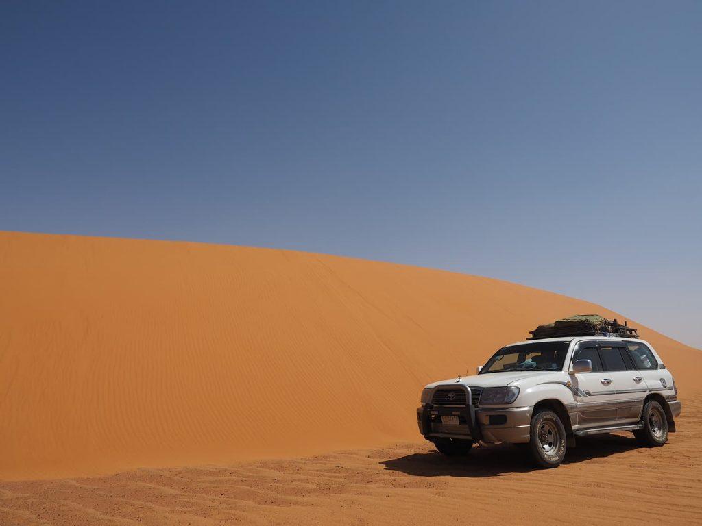 砂漠を走る車と言えば他にはありません。やはり四駆のランドクルーザーです。