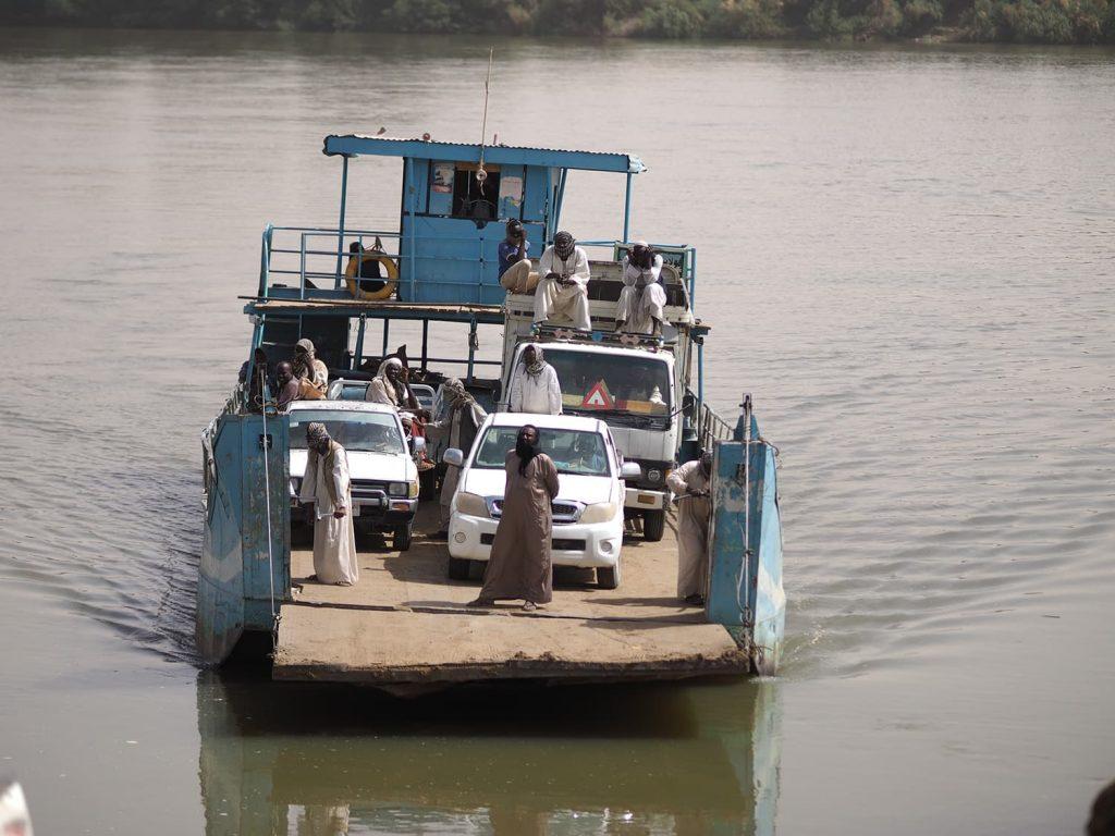 ナイル河の対岸へは、車ごとフェリーに積み込んで渡ります。