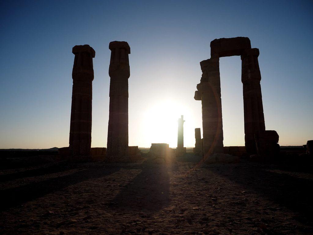ナイル河近くのソレブ神殿。約3300年前の建造物ですが、変わらない夕陽です。