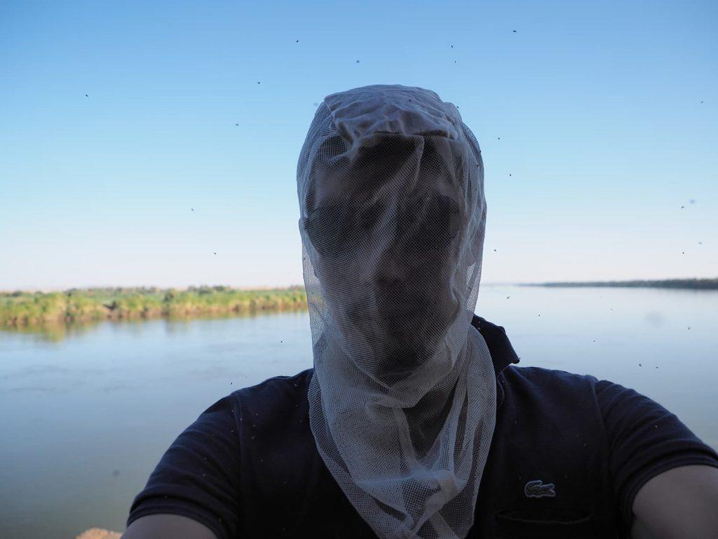 ナイル河沿いは、時間帯によっては羽虫が多いのでネットをかぶって見学(注意!)