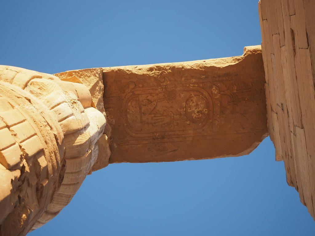 柱に刻まれた巨大なアメンホテプ三世のカルトゥーシュ。