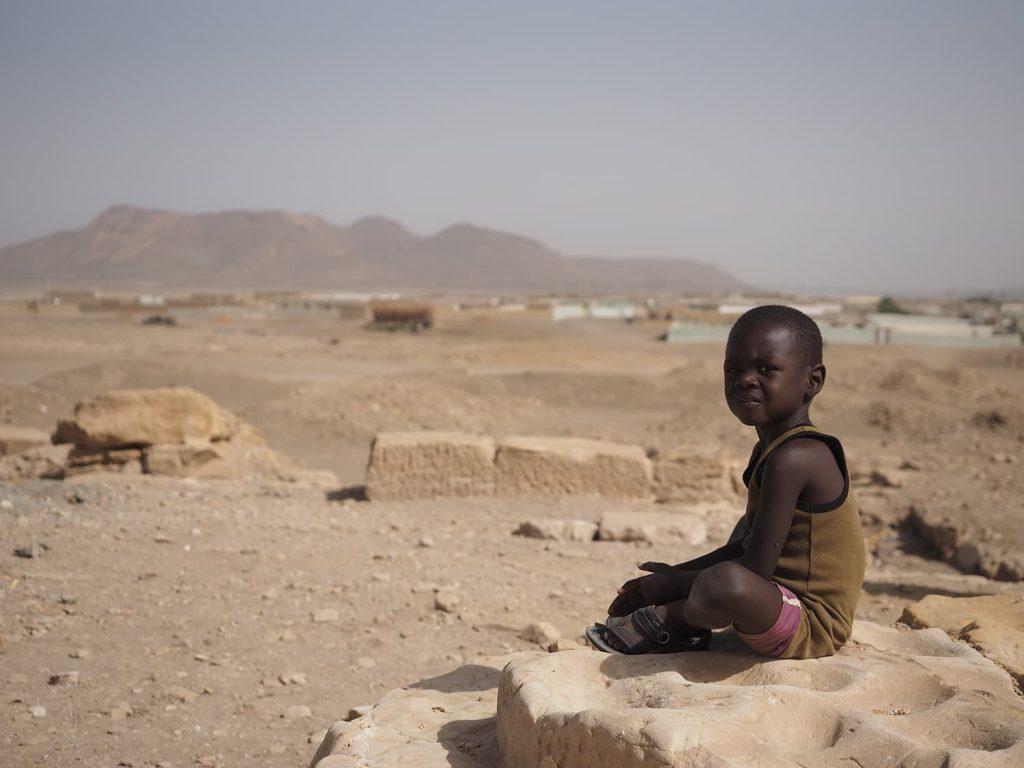セシビ神殿の跡地で佇む地元の子供、突然の来訪者に、ちょっとしかめっ面です。