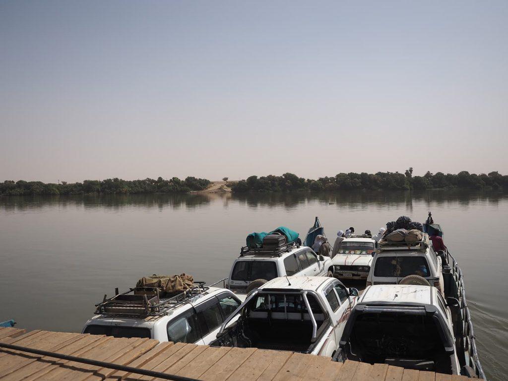 車ごとフェリーに乗り込んで、ナイル河を横断。