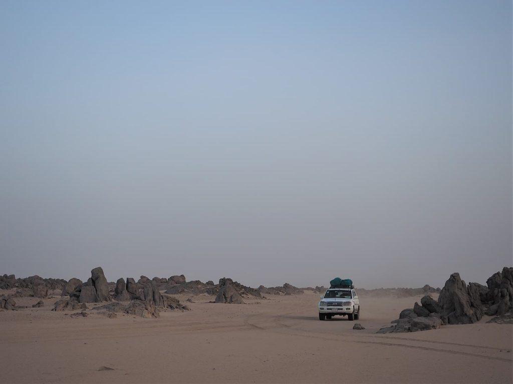 砂漠も砂丘から岩砂漠まで。様々な景観の中を走り、旅は続きます。