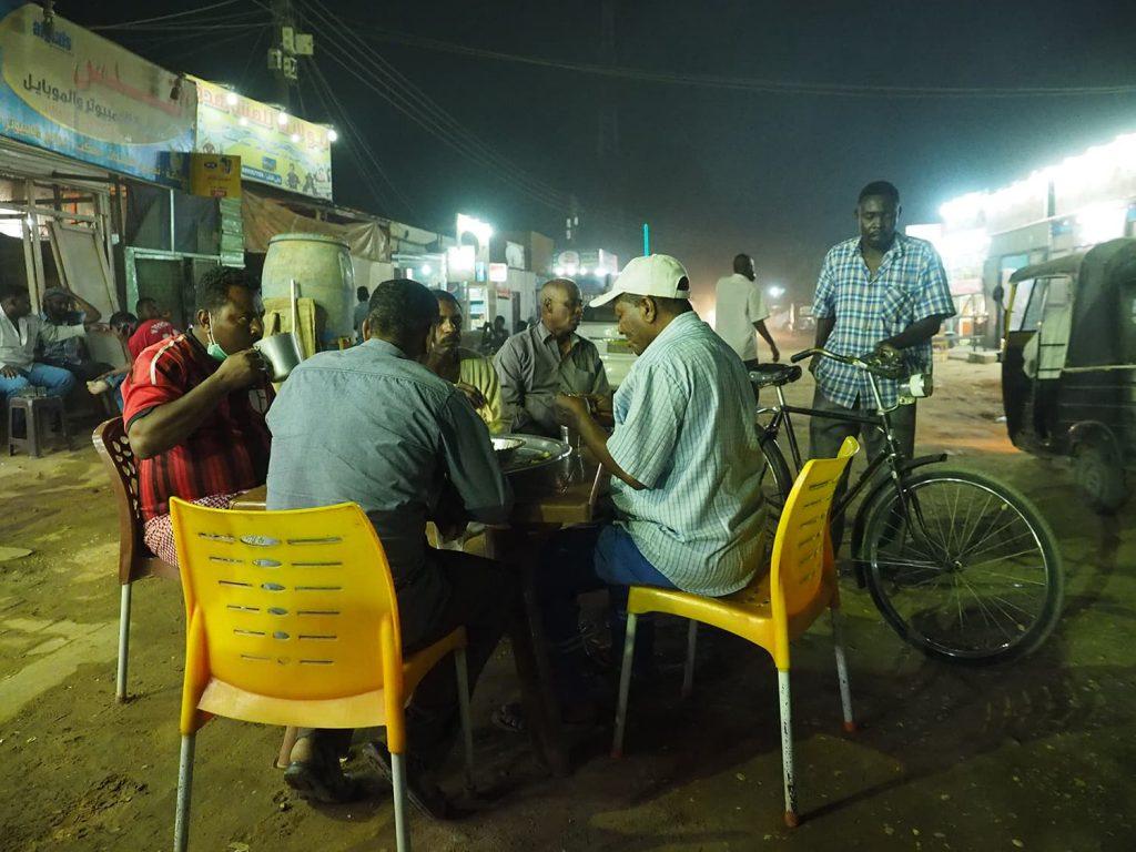 夜は街の屋台へ。走りっぱなしの我らがドライバーさんたちも暫しの休憩です。