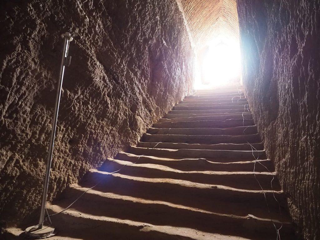 ヌビア王朝時代のファラオの墳墓が並びます。その1つクヌートアメン王の玄室へと続く階段。