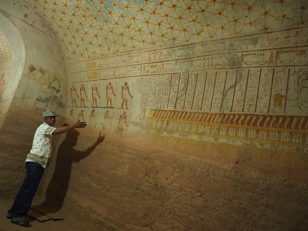 玄室の中は、約2,700年前当時の壁画が残ります。ファラオの死と再生のストーリーが描かれています。