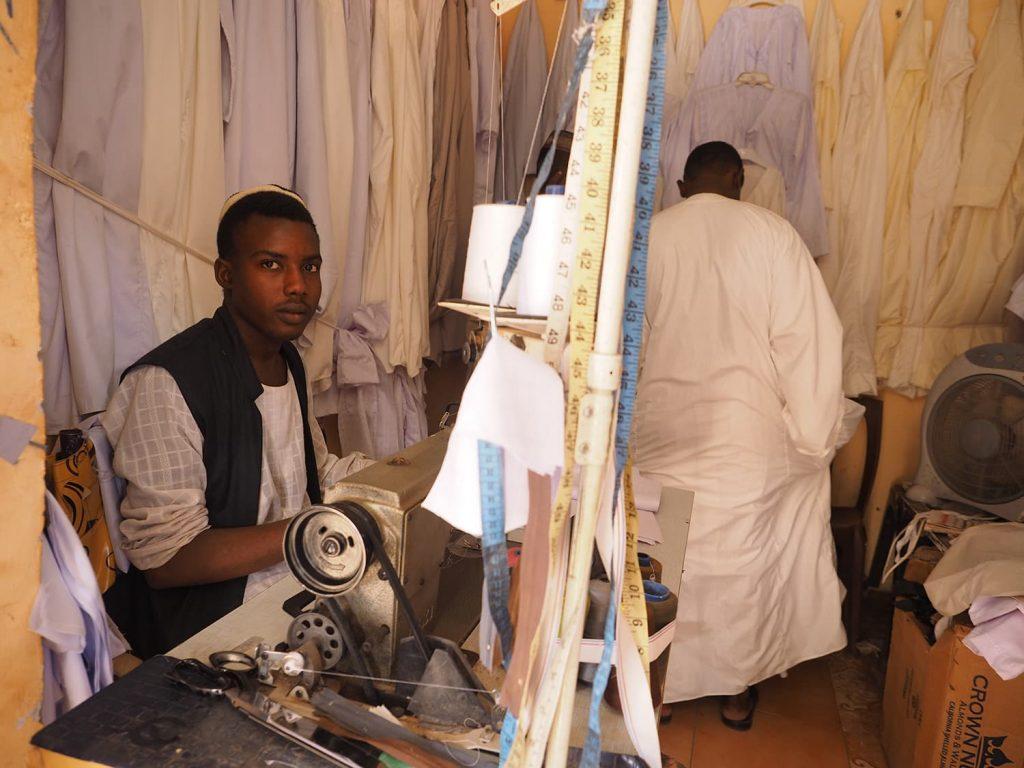 白いガラベーヤ(貫頭衣)を仕立てています。